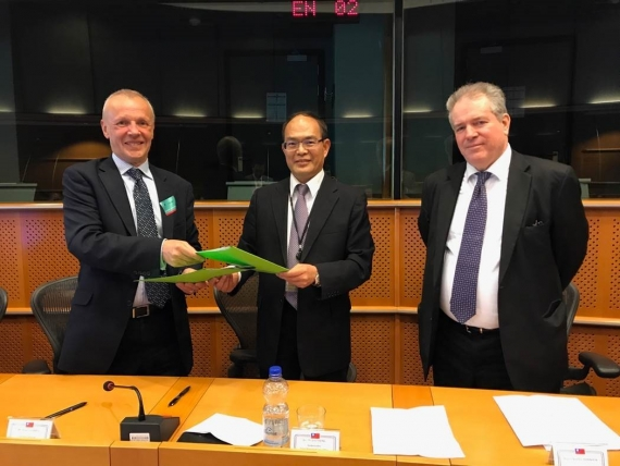 Left to Right: Roger Harris (Executive Director, ISWAN), Ambassador Harry Tseng (Government of Taiwan) and Dr Charles Tannock MEP